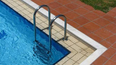 ladder-into-swimming-pool-jpg_20150821151152-159532