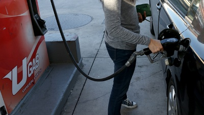 Gas-prices-Man-at-pump-jpg_20160613202900-159532